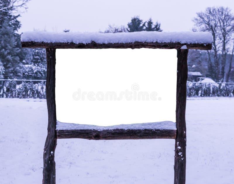 Puste miejsce, pusta reklamy deska i, śnieżny lasowy tło fotografia stock