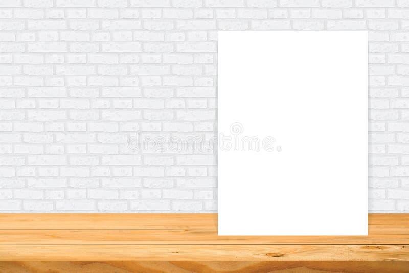 Puste miejsce rama na drewnianym stole obrazy stock