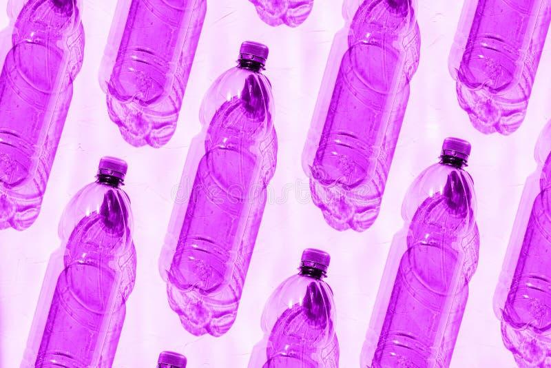 Puste plastikowe butelki purpury Na plastikowej butelce błyszczy jaskrawego słońce cień przedmioty Kreatywnie, nowożytny projekt, zdjęcie royalty free