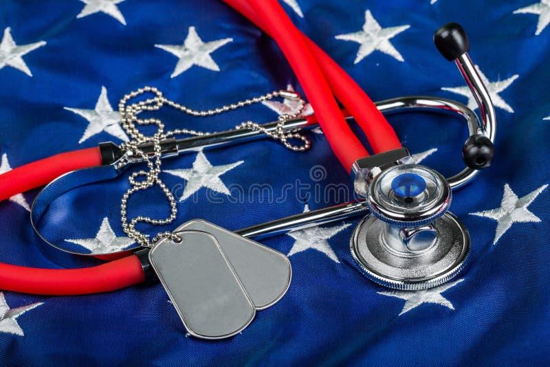 Puste Psie etykietki i stetoskop na flaga amerykańskiej obraz royalty free