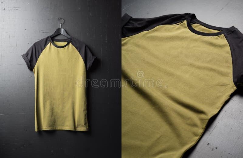 Puste rocznika fałdu koszulki na ciemnym drewnianym nawierzchniowym tle Frontowy widok Amerykański modnisia rocznika klasyk odzie fotografia royalty free