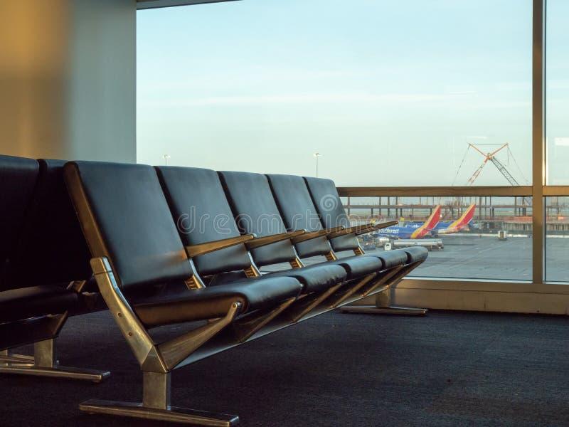 Puste siedzenia przy SFO lotniskiem z południowymi zachodami heblują w tle zdjęcie royalty free