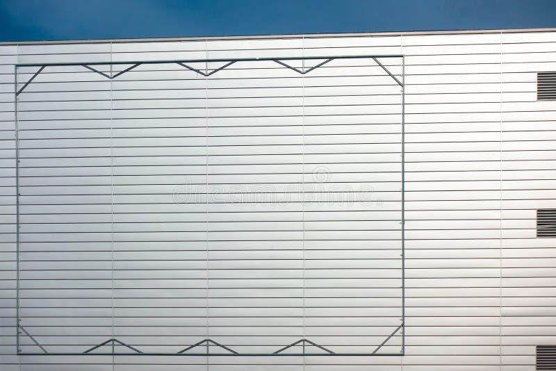 Pustego billboardu stalowa rama na fasadzie industial stylowy budynek zdjęcia royalty free