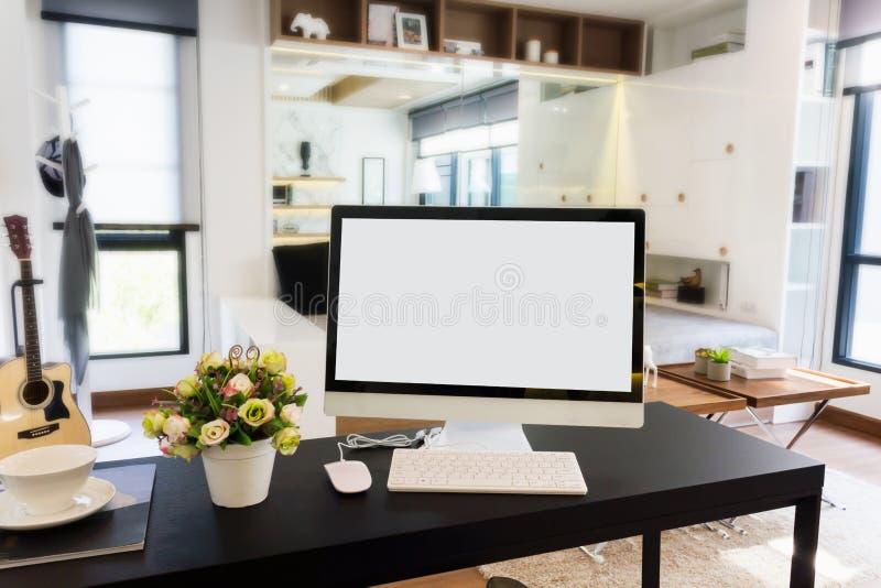 Pustego ekranu komputer stacjonarny na pracującym stole w nowożytnym pokoju zdjęcia royalty free