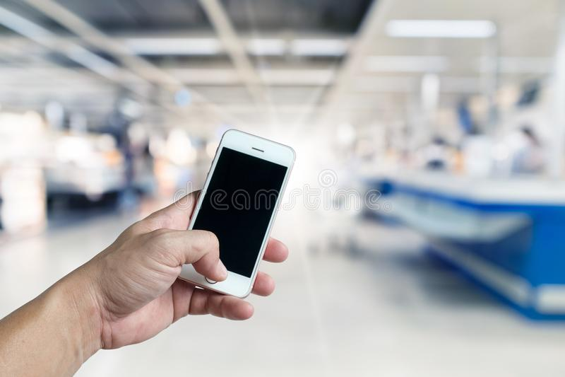 Pustego ekranu mobilny mądrze telefon w ręce obrazy royalty free