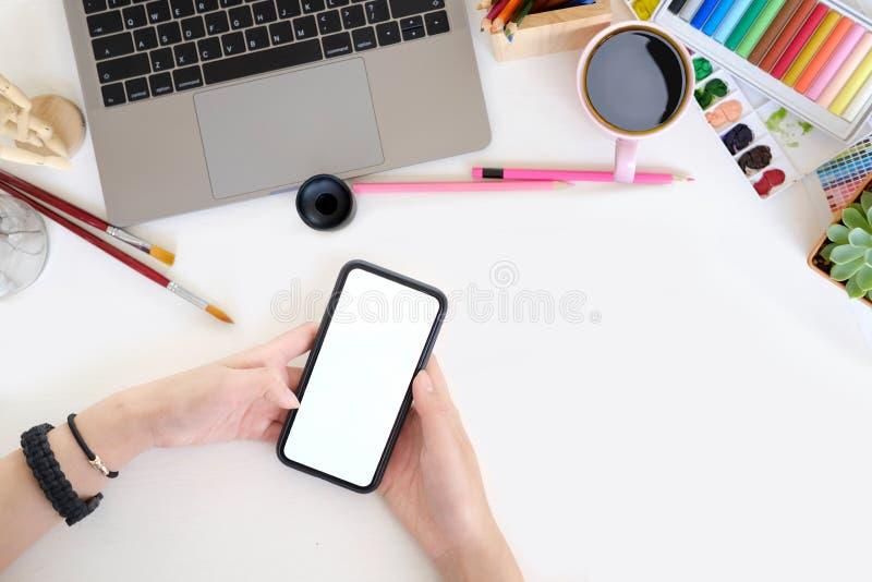 Pustego ekranu telefon komórkowy w kobiet rękach na biurku zdjęcia stock