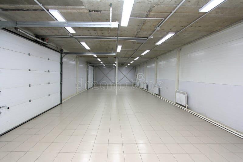 Pustego garażu podziemny wnętrze z pustym billboardem zdjęcia royalty free