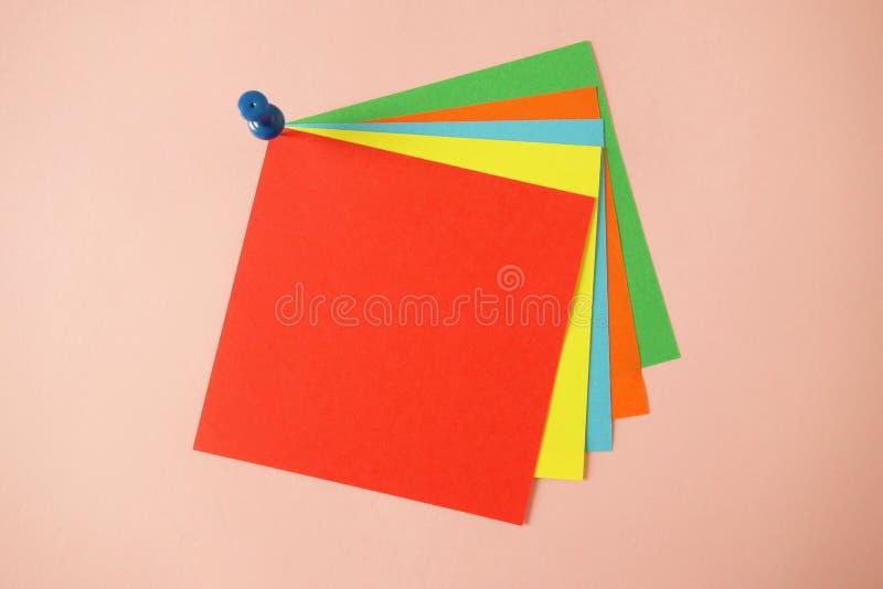 Pustego koloru kleista notatka z pushpin odizolowywającym na różowym tle, opróżnia przestrzeń dla twój wiadomości obraz stock