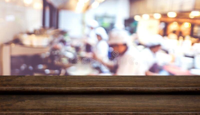 Pustego kroka stołowego wierzchołka jedzenia ciemny drewniany stojak z plama szefa kuchni kucharstwem fotografia royalty free