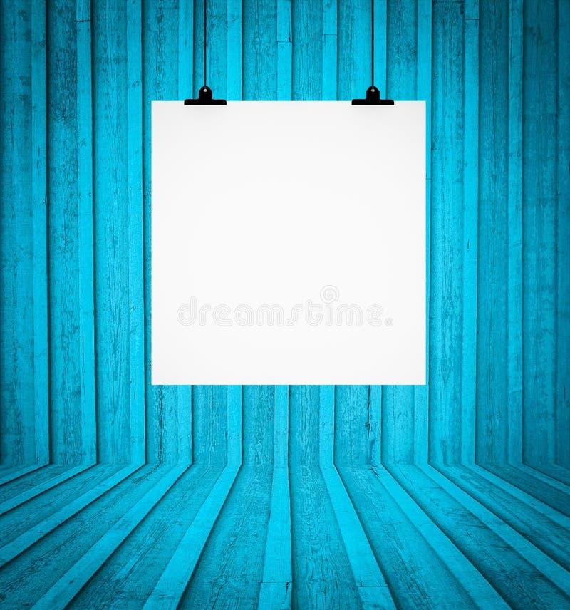 Pustego miejsca deskowy obwieszenie przy ścianą w błękitnym retro pokoju obraz royalty free
