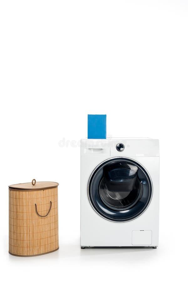 pustego miejsca pudełko z mydlanym proszkiem na pralce i pralnianym koszu obraz royalty free