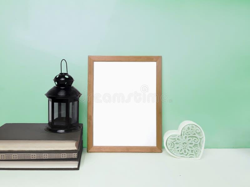 Pustego miejsca ramowy mockup na stole nad zielenią barwił ścianę zdjęcie stock