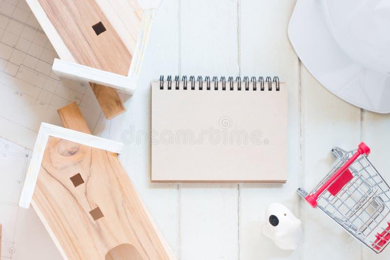 Pustego papieru notatnik z miniatura domu modelem zdjęcia stock