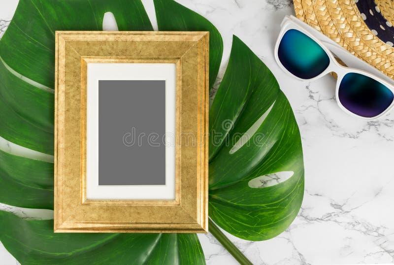 Pustego rocznika koloru obrazka złota rama na zielonym monstera liściu zdjęcie royalty free