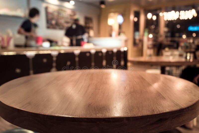 Pustego woda stołowy wierzchołek z plamą ludzie w sklep z kawą, kawiarni/ obrazy royalty free
