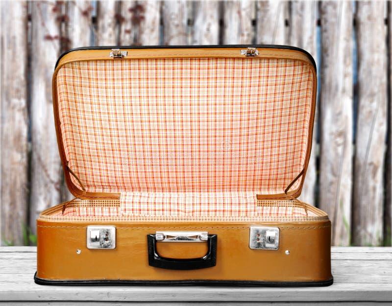 Pustej rocznik walizki otwarty odosobniony na zieleni fotografia royalty free