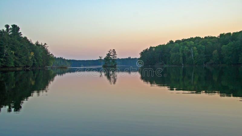 Pustkowie jezioro przy półmrokiem obraz royalty free