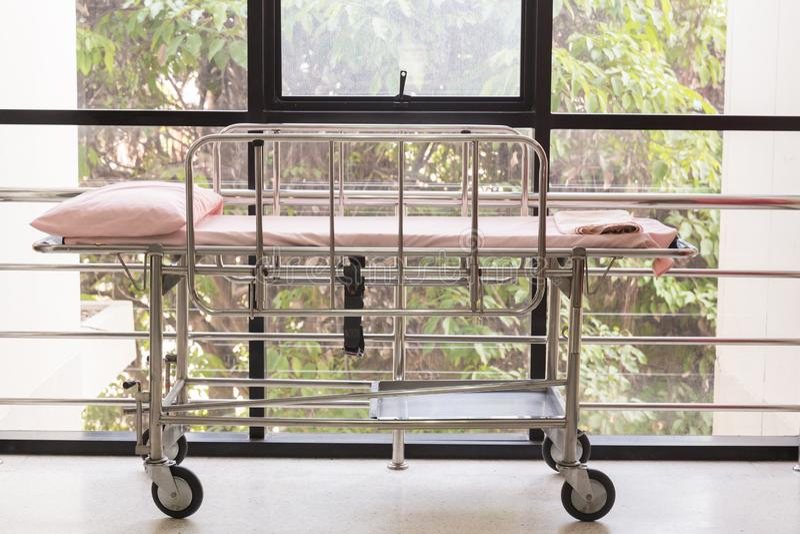 Pusty łóżko w szpitalnym Przeciwawaryjnym dziale Luksusowy intymny oddział Wyposa?aj?ca sala szpitalna Wizerunek dla ilustraci ilustracji