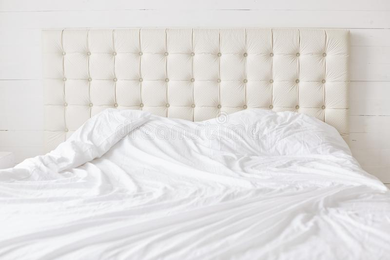 Pusty łóżko z białym miękkim duvet z nikt Przestronna sypialnia i wygodny łóżko dla twój Łóżkowego czasu pojęcia relaksu i odpocz obrazy royalty free