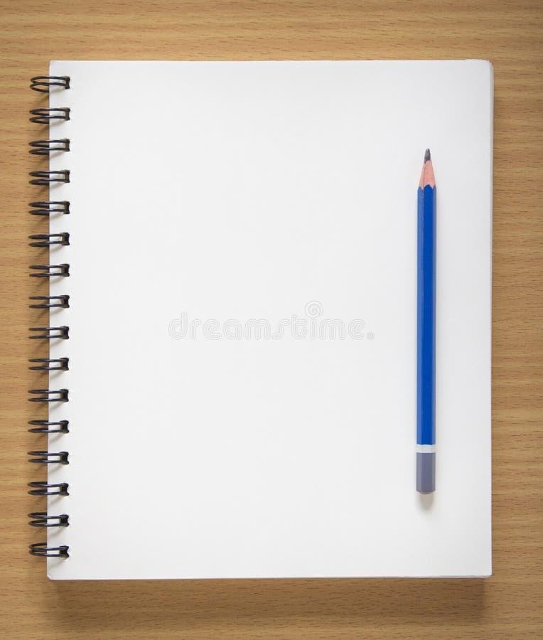 Pusty ślimakowaty notatnik i ołówek zdjęcia stock