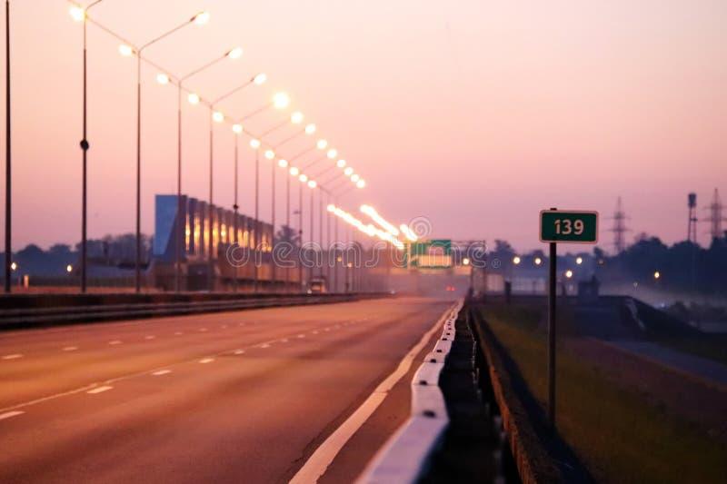 Pusty autostrady rozciąganie w odległość przy wschodem słońca obraz royalty free