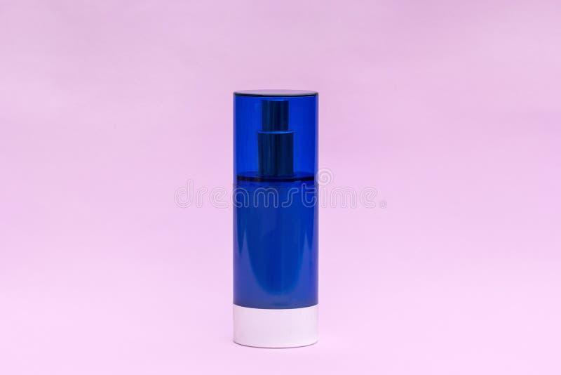Pusty błękitny kremowy słój na lekkim tle Kosmetyczni skincare produkty, nowożytny pojęcie organicznie piękno trend zdjęcie royalty free