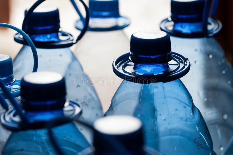 Pusty, błękitnych wod butelki dla przetwarzają zdjęcia stock