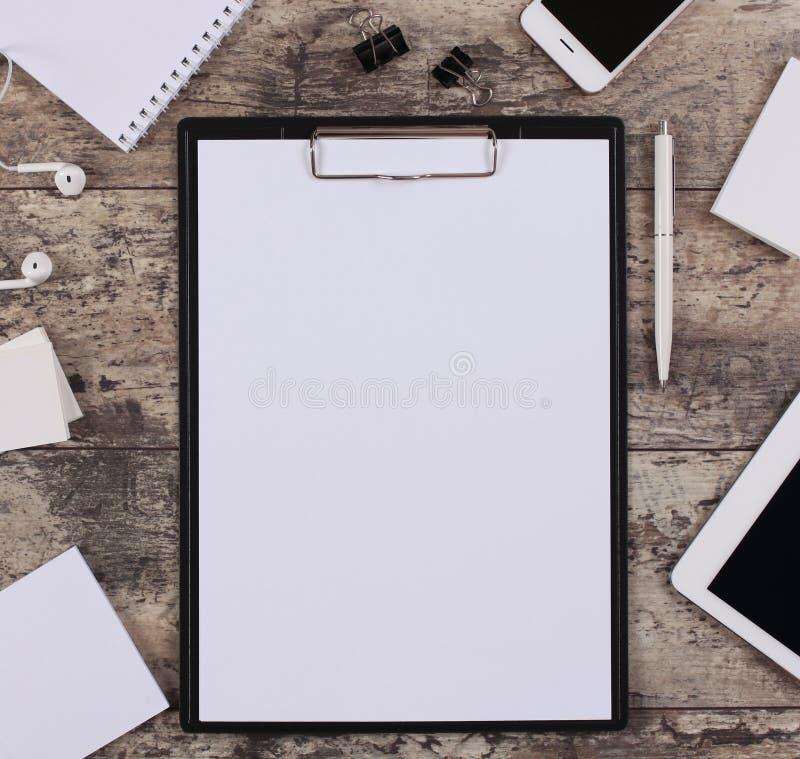 Pusty białego papieru prześcieradło w klamerki falcówce fotografia stock
