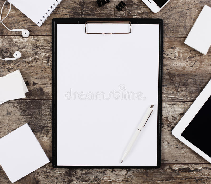 Pusty białego papieru prześcieradło w klamerki falcówce otaczającej biurowymi dostawami fotografia royalty free
