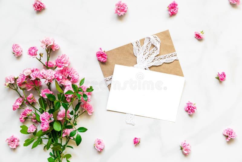 Pusty biały kartka z pozdrowieniami z menchii różą kwitnie w ramie robić kwiatów pączki na bielu marmuru tle Egzamin próbny Up obrazy royalty free