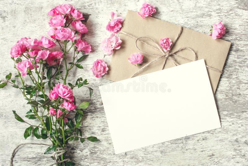 Pusty biały kartka z pozdrowieniami z menchii róży kwiatami Egzamin próbny Up obraz royalty free