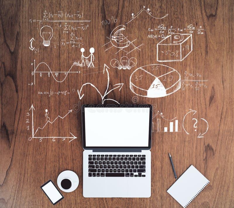 Pusty biały laptopu ekran z filiżanką kawy i drewnianymi stołów wi zdjęcie royalty free