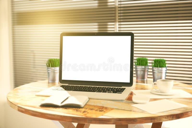 Download Pusty Biały Laptopu Ekran Z Trawą W Wiadrach Dalej Dzienniczku I Obraz Stock - Obraz złożonej z kawiarnia, pojęcie: 65225201
