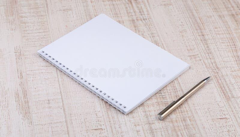 Pusty biały notatnik na biurku fotografia royalty free