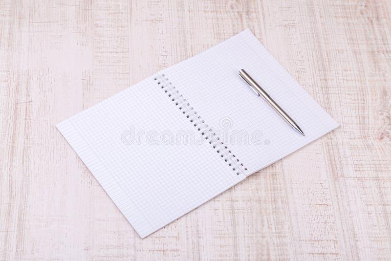 Pusty biały notatnik na biurku zdjęcia royalty free