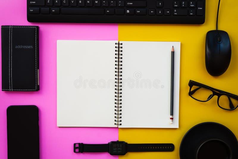 Pusty biały notepad z czarnymi biurowymi, osobistymi akcesoriami na dwa brzmienia tle i zdjęcie royalty free