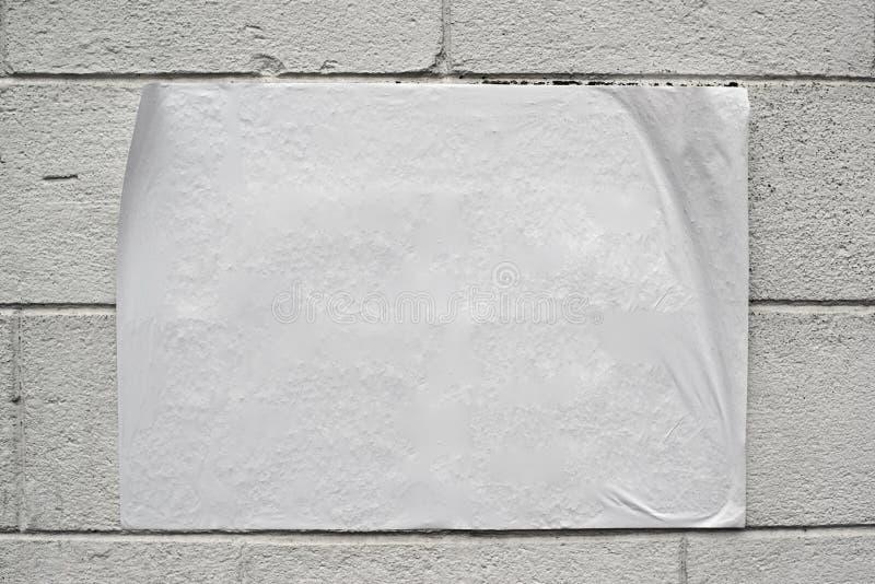 Pusty biały plakat na grunge ścianie zdjęcia stock
