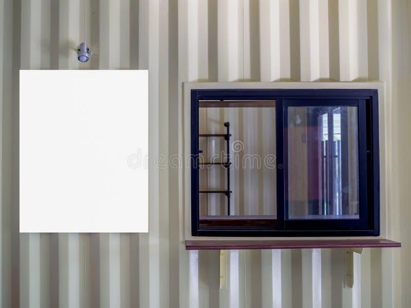 Pusty bielu egzamin próbny w górę plakat ramy na kontener ściany buil zdjęcie stock