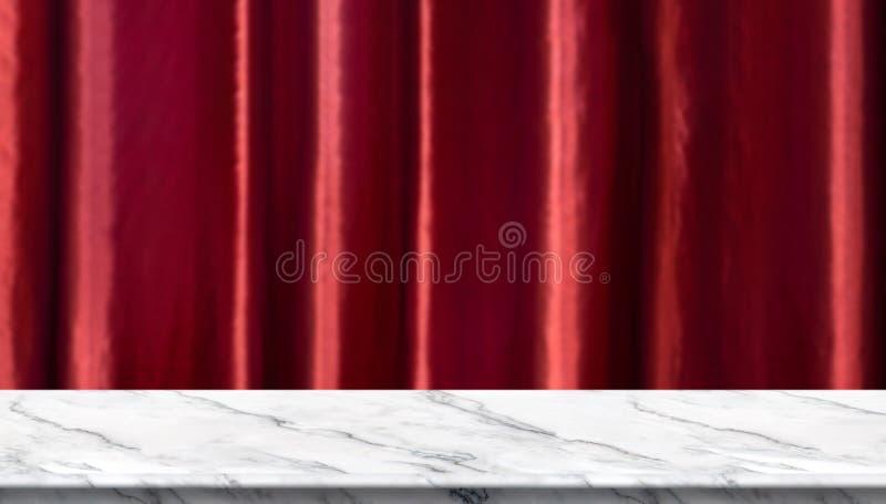 Pusty bielu marmuru stół i zamazujący żywy czerwony luksusowy zasłony tło produktu pokazu szablon prezentacja wymiarowej 3 d gosp obrazy royalty free