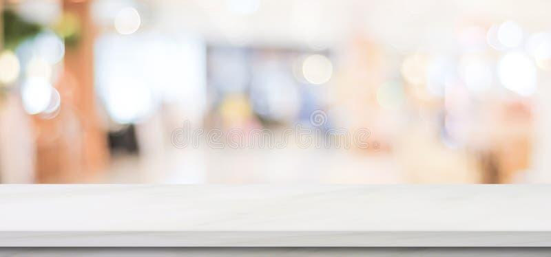 Pusty bielu marmuru stół nad plama sklepu tłem, sztandar, produktu pokazu montaż obrazy royalty free