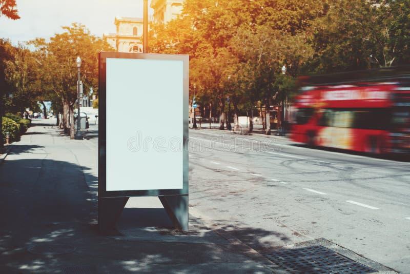 Pusty billboard blisko czerwonego turystycznego autobusu zdjęcia royalty free
