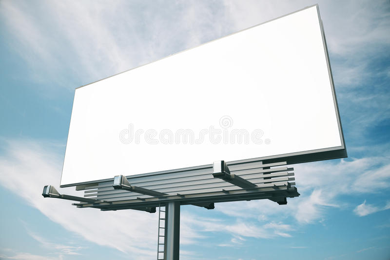 Pusty billboard przy niebieskiego nieba backgound, obrazy stock