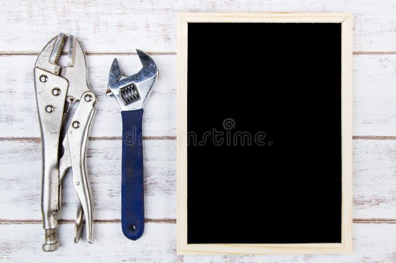 Pusty blackboard i set remontowi ręk narzędzia Szablonu egzamin próbny w górę f zdjęcie stock