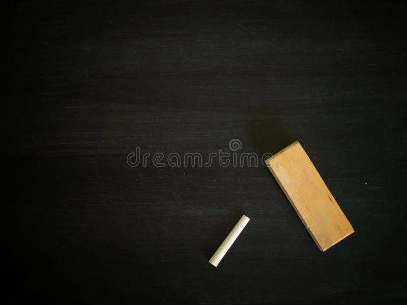 Pusty blackboard, kreda i gumka, zdjęcie royalty free