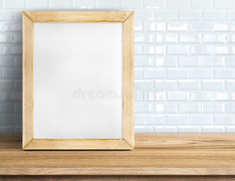 Pusty blackboard na tropikalnym drewnianym stole przy biel płytki ścianą, Tem fotografia royalty free