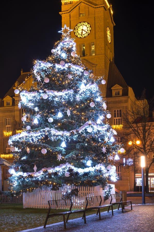 Pusty Bożenarodzeniowy miasteczko z dekoracjami, światła i drzewo Żadny śnieżny zima czas, Prostejov, republika czech zdjęcia stock