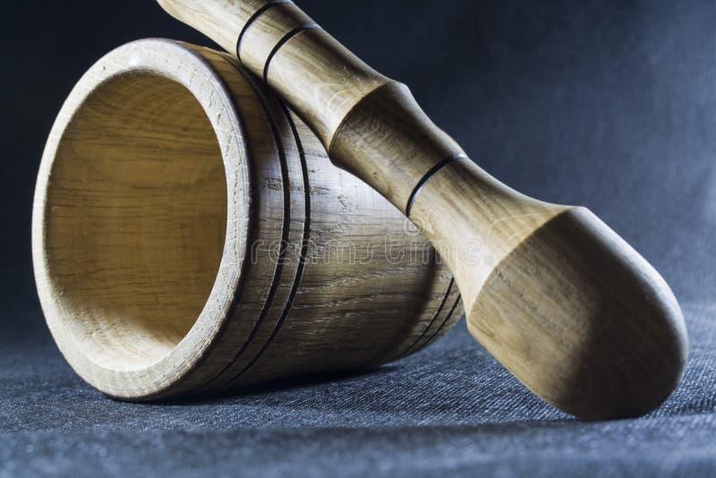 Pusty brązu moździerz z tłuczkiem drewnianym Pije puchar dla miażdżyć pikantność Czarny tło kaczki formularzowi kuchenni ładni po zdjęcia stock