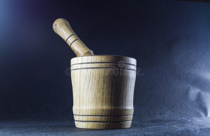 Pusty brązu moździerz z tłuczkiem drewnianym Pije puchar dla miażdżyć pikantność Czarny tło kaczki formularzowi kuchenni ładni po fotografia royalty free