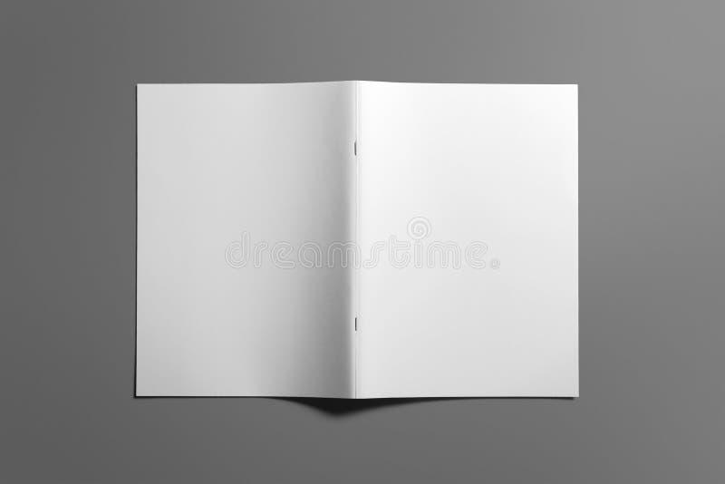 Pusty broszurka magazyn na popielatym zamieniać twój projekt obraz royalty free