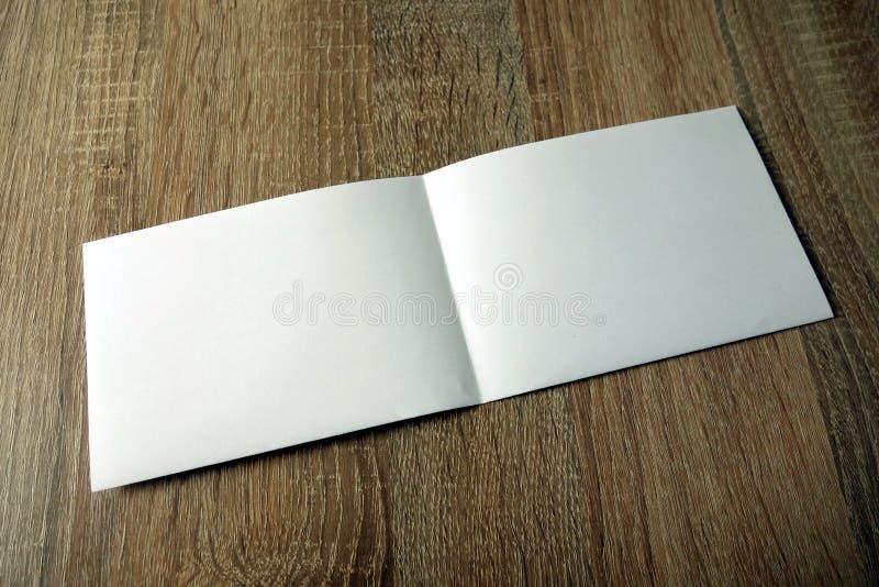 Pusty broszury mockup na drewnianym tle obraz royalty free